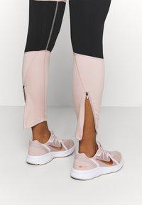 Nike Performance - RUN EPIC  - Medias - stone mauve/black - 4
