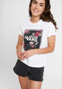 Vans - BOXED BOTANIC - Print T-shirt - white - 4