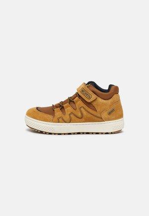 Sneakers laag - senape