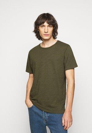CLASSIC TEE - T-shirts basic - olive