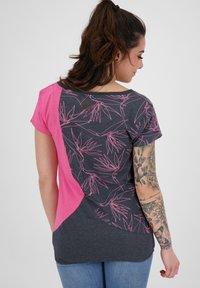 alife & kickin - ZOEAK - Print T-shirt - fuchsia - 2