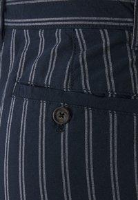 Burton Menswear London - CHARCOAL STRIPE BELTED OXFORD - Shorts - grey - 2
