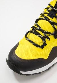 The North Face - M ACTIVIST FUTURELIGHT - Obuwie hikingowe - lemon/black - 5