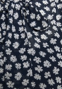 J.CREW - TIE NECK BLOUSE IN SCATTERED DAISIES - Blouse - navy/ivory - 2