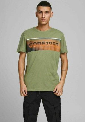 JCOJENSON TEE CREW NECK - Print T-shirt - deep lichen green
