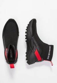 Calvin Klein Jeans - TYSHA - Sneakersy wysokie - black/tomato - 3