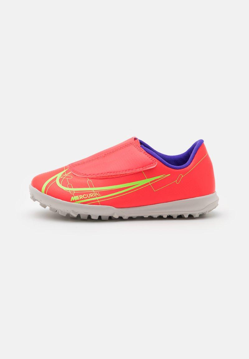 Nike Performance - MERCURIAL JR VAPOR 14 CLUB TF UNISEX - Kopačky na umělý trávník - bright crimson/metallic silver
