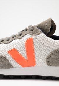 Veja - RIOBRANCO - Trainers - gravel orange/fluo ultraviolet - 2