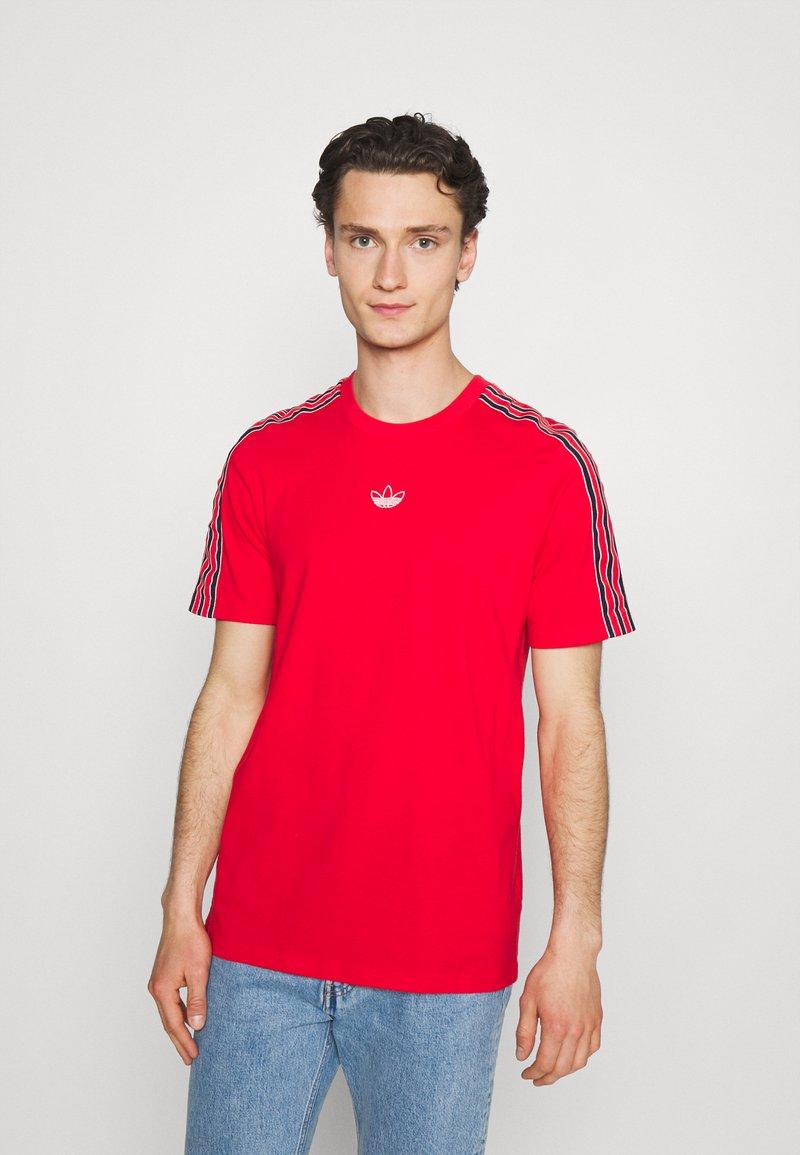 adidas Originals - STRIPE UNISEX - T-shirt med print - vivid red