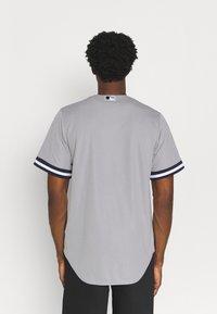 Nike Performance - MLB NEW YORK YANKEES OFFICIAL REPLICA ROAD  - Klubbkläder - dugout grey - 2