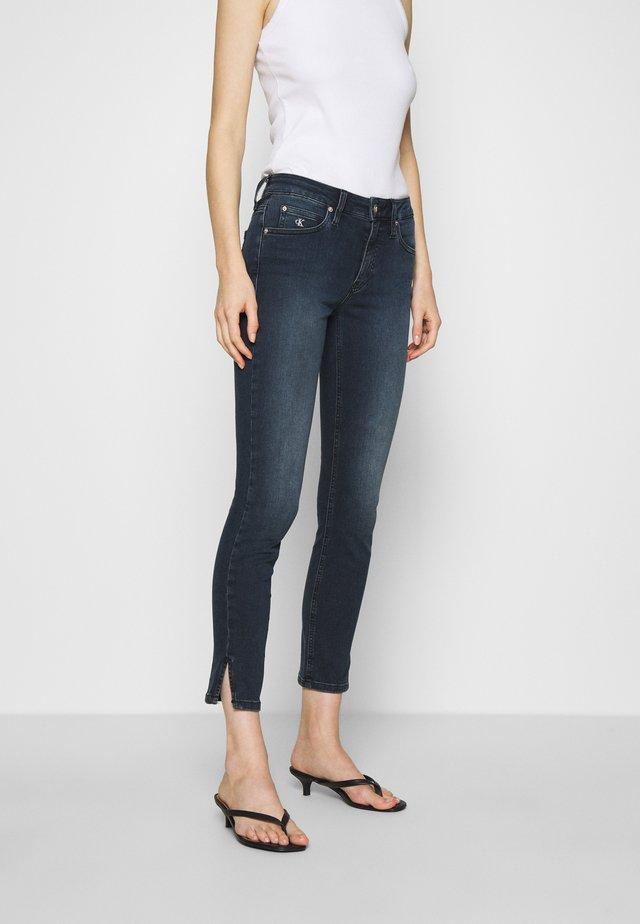 MID RISE SKINNY ANKLE - Skinny džíny - blue black rivet