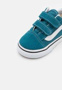Vans - OLD SKOOL UNISEX - Trainers - blue coral/true white - 5