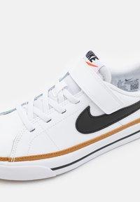 Nike Sportswear - COURT LEGACY  - Sneakers laag - white/black/desert ochre/light brown - 5