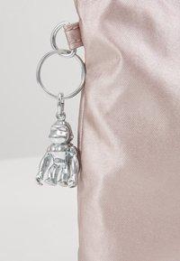 Kipling - ATLEZ DUO SET - Taška spříčným popruhem - metallic gift - 9