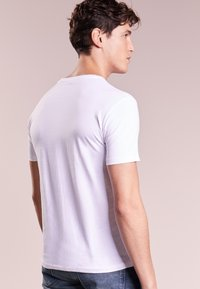 Polo Ralph Lauren - CUSTOM SLIM FIT JERSEY V-NECK T-SHIRT - T-paita - white - 2