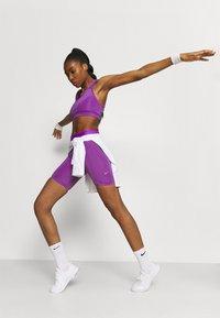Nike Performance - BRA  - Sport-BH mit mittlerer Stützkraft - wild berry/purple stardust - 3