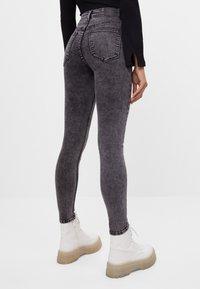 Bershka - MIT SEHR HOHEM BUND  - Jeans Skinny Fit - grey - 2