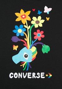 Converse - ROAD TO PRIDE CROPPED GRAPHIC TEE - Camiseta estampada - black - 4