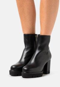 Stuart Weitzman - ANDE BLOCK BOOTIE - High heeled ankle boots - black - 0