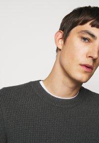 J.LINDEBERG - OLIVER  - Stickad tröja - dark grey melange - 6