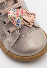 Shoo Pom - BOUBA HEART - Chaussures premiers pas - gris/cooper - 5