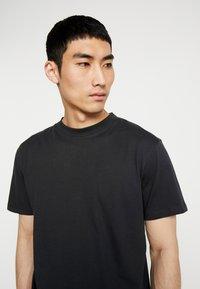 Minimum - AARHUS - Basic T-shirt - black - 4