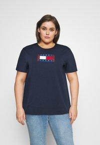 Tommy Jeans Curve - TIMELESS FLAG TEE - T-shirt z nadrukiem - twilight navy - 0