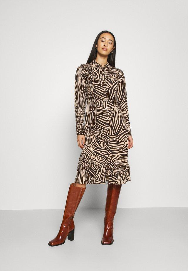 OBJJOHANNA DRESS - Blusenkleid - sandshell