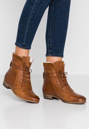 HALLY - Šněrovací kotníkové boty - cognac/natural