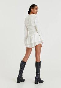 PULL&BEAR - MIT COLOUR-BLOCK - A-line skirt - white - 1
