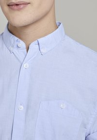 TOM TAILOR DENIM - TOM TAILOR DENIM BLUSEN & SHIRTS STRUKTURIERTES KURZARMHEMD MIT  - Shirt - light blue slub stripe - 4