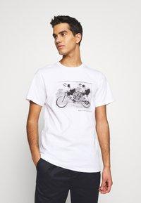 Bruuns Bazaar - LEON SYLVESTER TEE - Triko spotiskem - white - 0