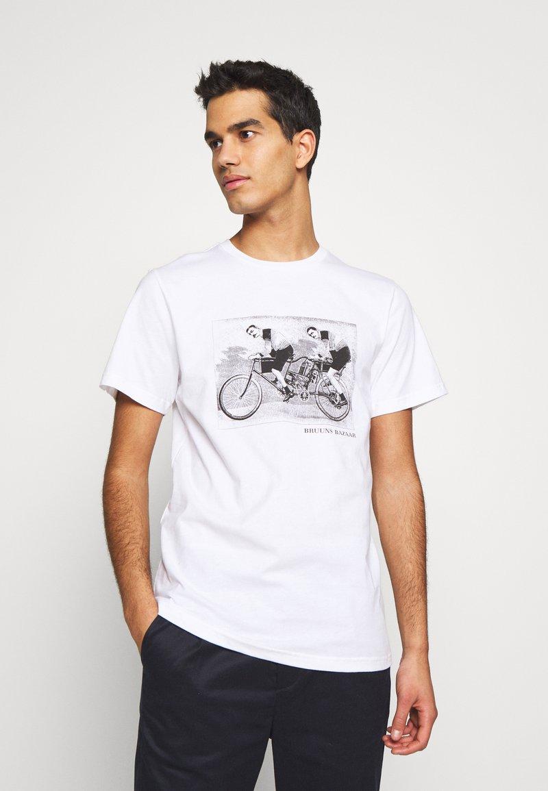 Bruuns Bazaar - LEON SYLVESTER TEE - Triko spotiskem - white