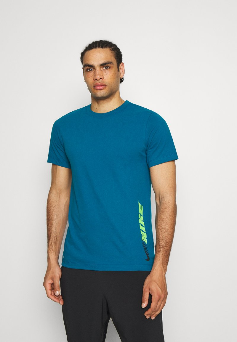 Nike Performance - TEE - Printtipaita - green abyss