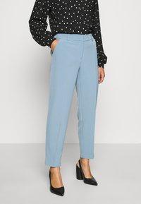 ONLY Petite - ONLVILDA ASTRID CIGARETTE PANT - Pantaloni - faded denim - 0