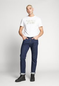 Tommy Jeans - CAMO GROUND LOGO TEE - Print T-shirt - white - 1
