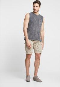 Superdry - PARACHUTE - Shorts - sand - 1