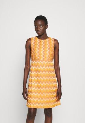 SLEEVELESS DRESS - Pletené šaty - pumpkin