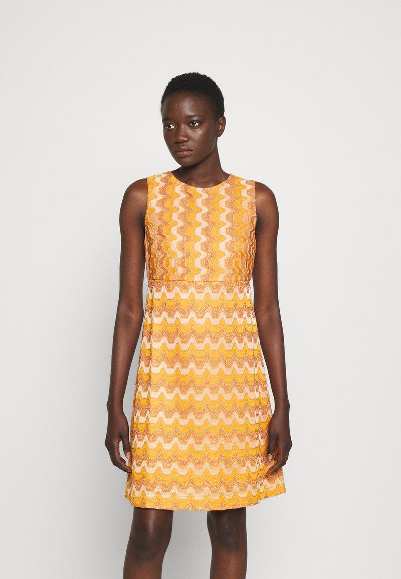 M Missoni - SLEEVELESS DRESS - Jumper dress - pumpkin