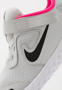 Nike Performance - REVOLUTION 5 FLYEASE - Scarpe running neutre - photon dust/black/white/pink glow - 2