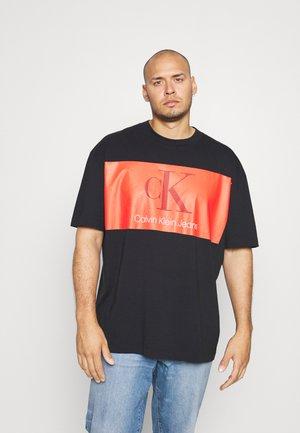OVERSIZED LARGE BADGE TEE - T-shirt print - black