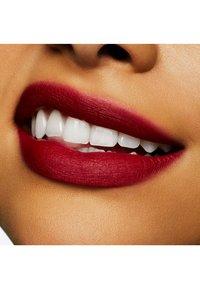 MAC - POWDER KISS LIQUID LIPCOLOR - Liquid lipstick - fashion, sweetie - 2