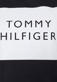 Tommy Hilfiger - REGULAR BOX TEE - T-shirts med print - desert sky - 2