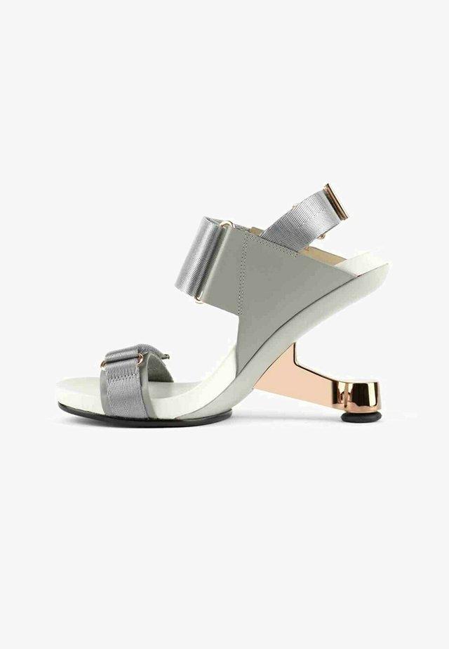Sandales à talons hauts - gris