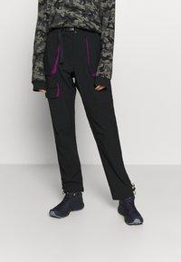 Columbia - POWDER KEGSTRETCH CARGO - Pantalones montañeros largos - black/plum - 0