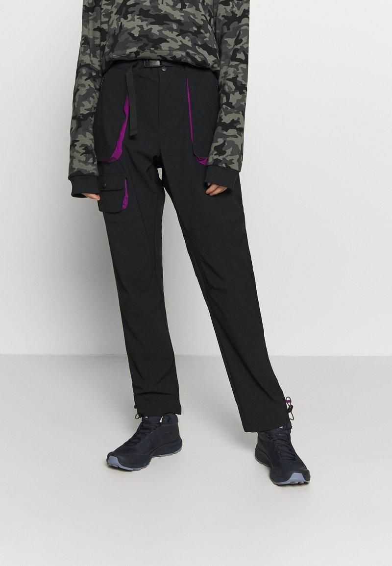 Columbia - POWDER KEGSTRETCH CARGO - Pantalones montañeros largos - black/plum