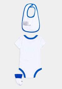 Nike Sportswear - BODYSUIT BIB AND BOOTIES SET - Geboortegeschenk - white - 1