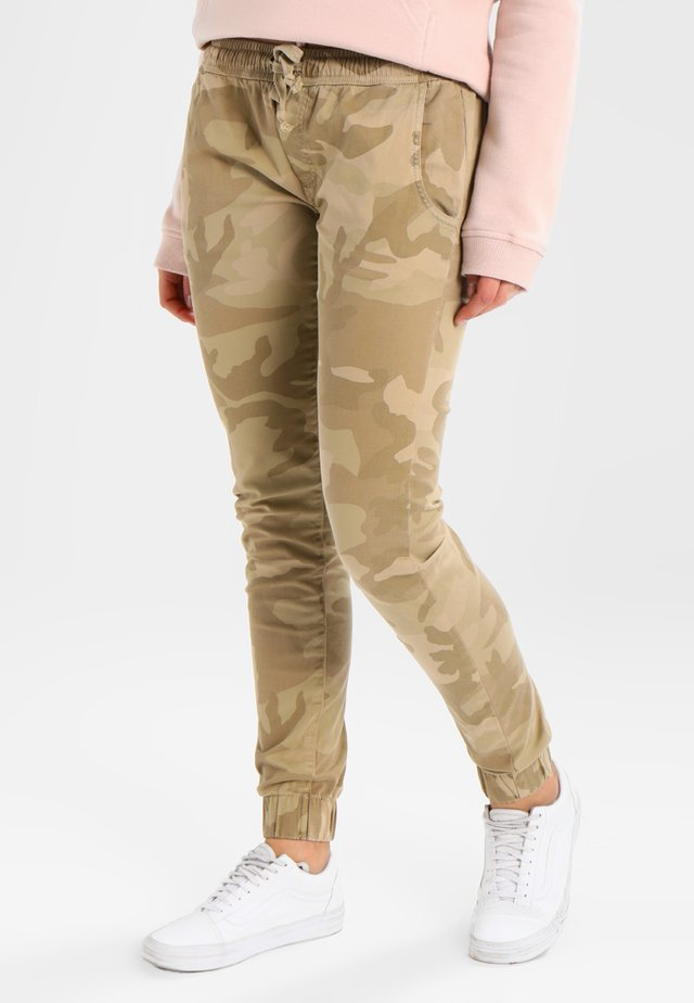 LADIES CAMO PANTS - Pantalones - sandcamo
