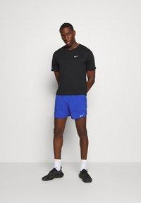 Nike Performance - STRIDE  - Sportovní kraťasy - astronomy blue/silver - 1