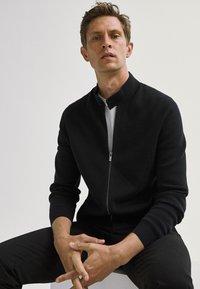 Massimo Dutti - MIT REISSVERSCHLUSS  - Cardigan - black - 2